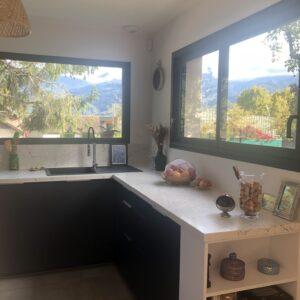Une cuisine ouverte sur l'extérieur